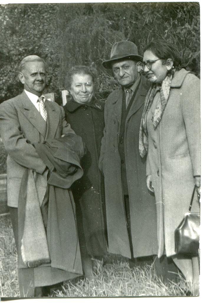 Слева от центра - Целина (Cecilia Zalcberg?), справа от центра - Бронислав Берг (Bronislaw Witold Zalcberg)